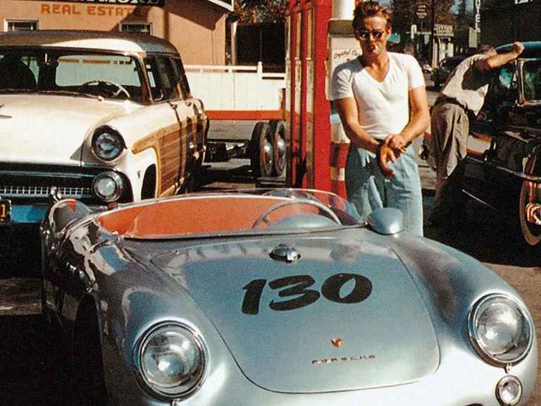 James Dean con su Porsche 550 Spyder. La imagen rebelde del actor quedó para siempre asociada con la marca alemana en EE.UU.