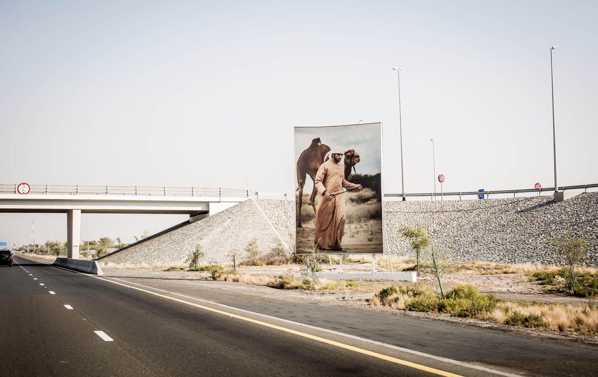 Retrato del Emir de Dubai en una autopista de la ciudad.