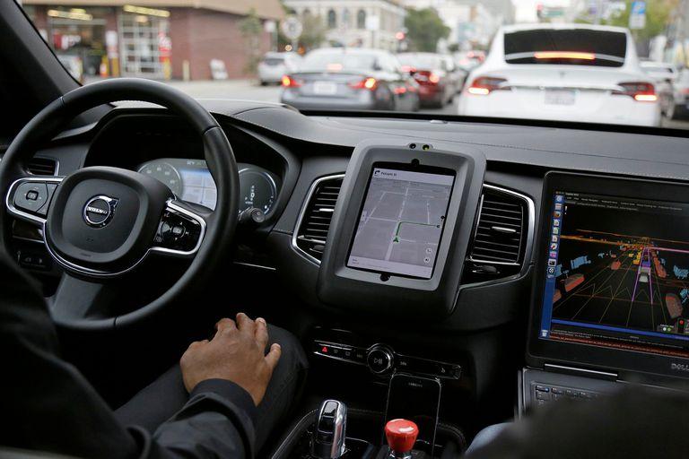 Una prueba de manejo de un sistema de manejo autónomo de Uber en un vehículo de Volvo. Una encuesta online del MIT reveló cuáles podrían ser las reacciones que debería tomar una máquina en un accidente basado en la opinión de más de 2 millones de personas