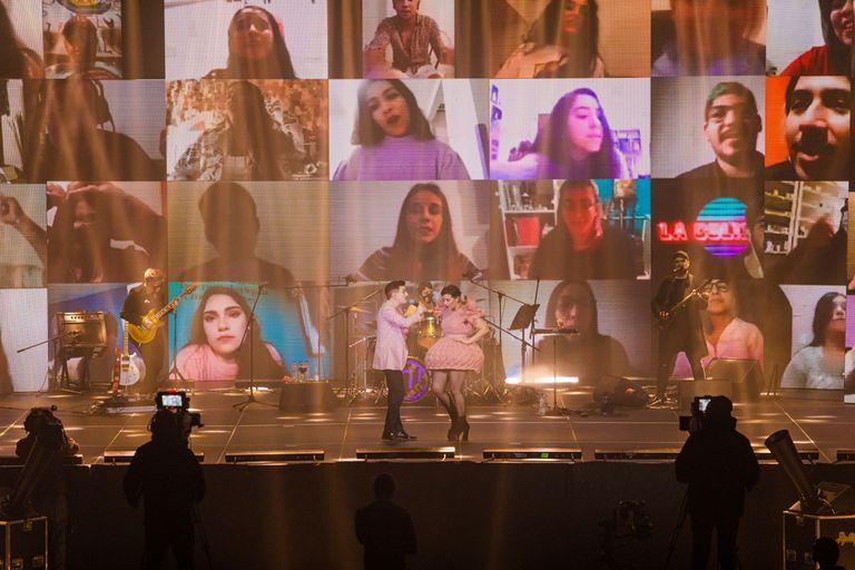 Miranda en el escenario y sus fans, conectados desde sus hogares, en la pantalla gigante.