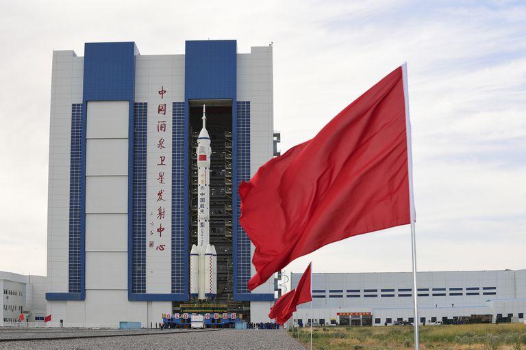 En imagen proporcionada por la Agencia de Noticias Xinhua, la nave espacial tripulada Shenzhou-12 junto con su cohete propulsor Long March-2F es trasladada a la plata forma de lanzamiento del Centro de Lanzamiento Satelital Jiuquan en el noroeste de China, el miércoles 9 de junio de 2021. (Wang Jiangbo/Xinhua vía AP)