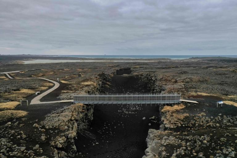 """El llamado """"puente entre continentes"""" que atraviesa las placas tectónicas euroasiática y norteamericana"""