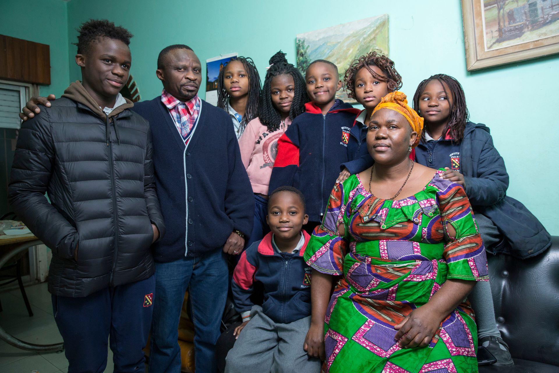Martine, Pascal y siete de sus hijos en su casa de Martín Coronado