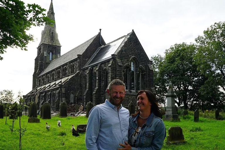 La pareja transformó la iglesia de 450 metros cuadrados, con su campanario de 36 metros de altura, en una casa familiar de tres pisos