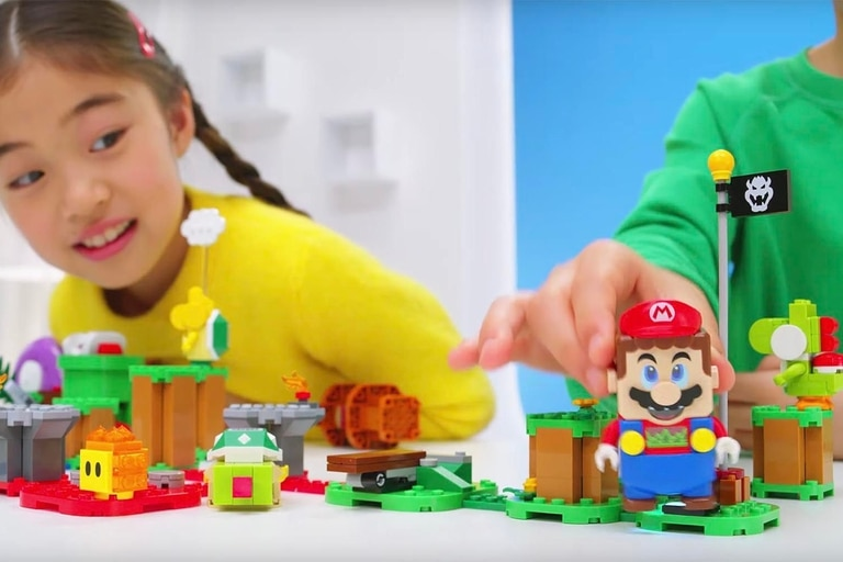 La figura de Mario tiene una cámara en la base, que permite determinar el color de la pieza sobre la que está parado; también tiene pantallas en los ojos para modificar su expresión