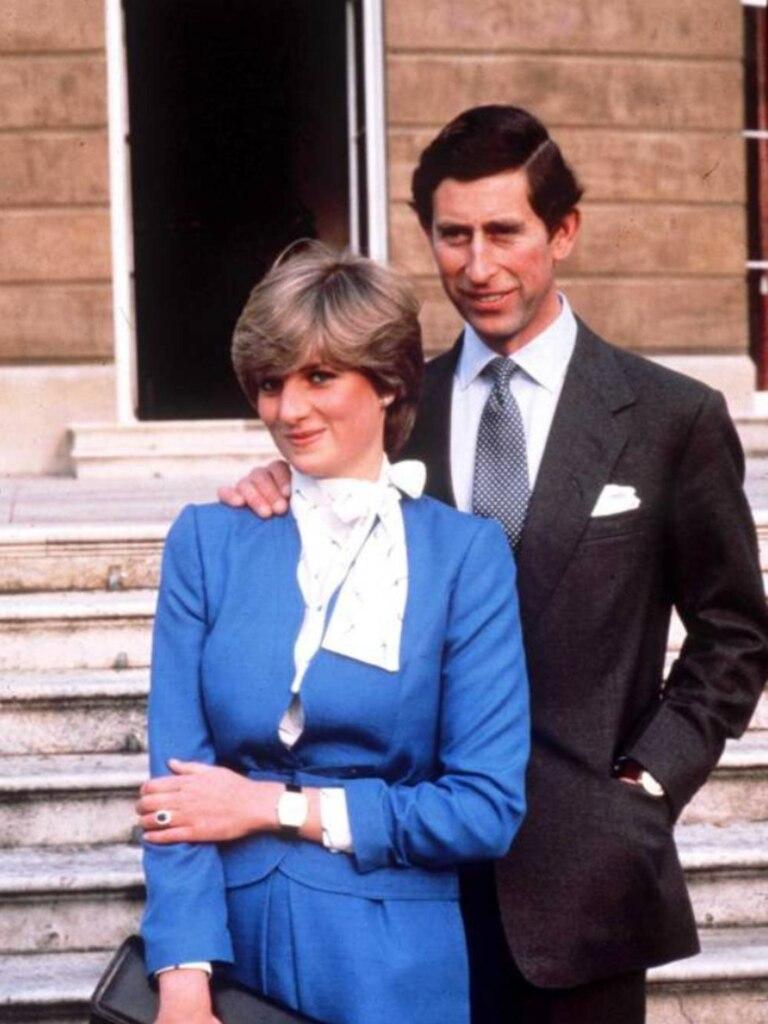 De punta en blanco, Diana y Carlos eran fotografiados por la prensa durante el día de su compromiso