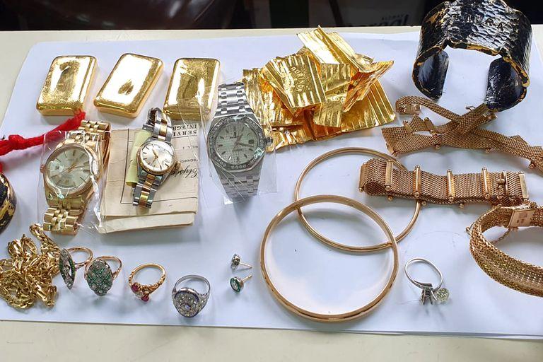Una azafata fue descubierta cuando quería viajar con lingotes de oro, relojes y joyas