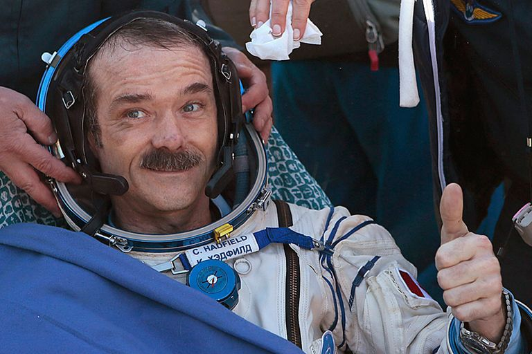 El astronauta canadiense Chris Hadfield, aquí al regresar de su misión en la EEI en 2014