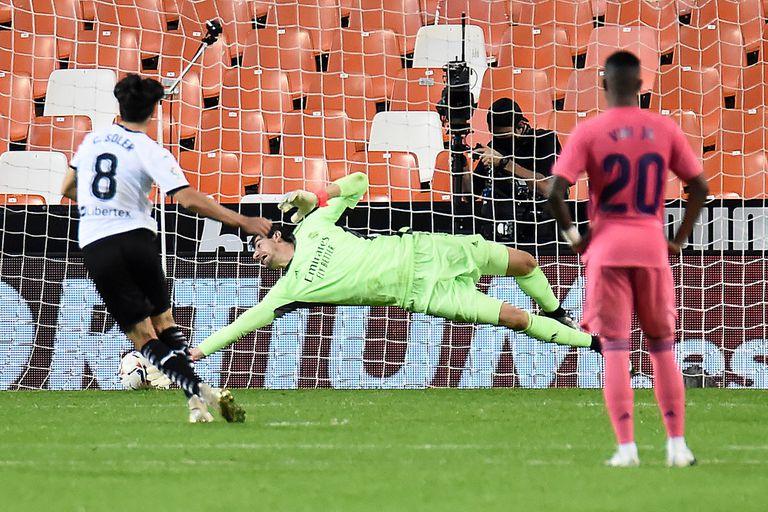 Uno de los tres goles de penal de Carlos Soler en el 4-1 sobre Real Madrid