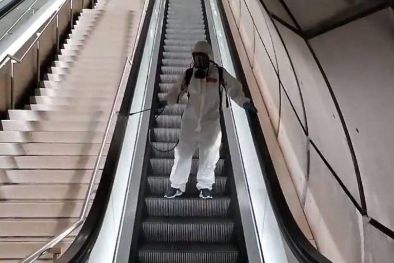 Un empleado del Metro de Bilbao desinfecta la escalera mecánica de las instalaciones de una forma que recibió muchas burlas en las redes