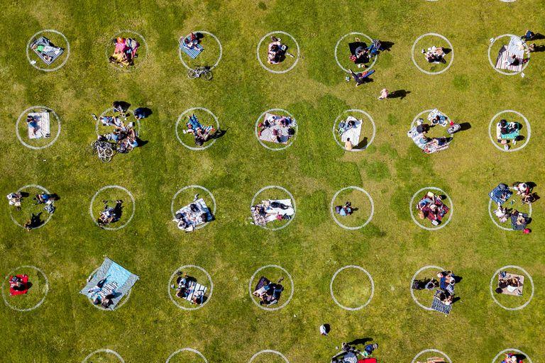 En Dolores Park, de San Francisco, Estados Unidos, se utilizó la misma técnica de los círculos pintados en el pasto para favorecer el distanciamiento social