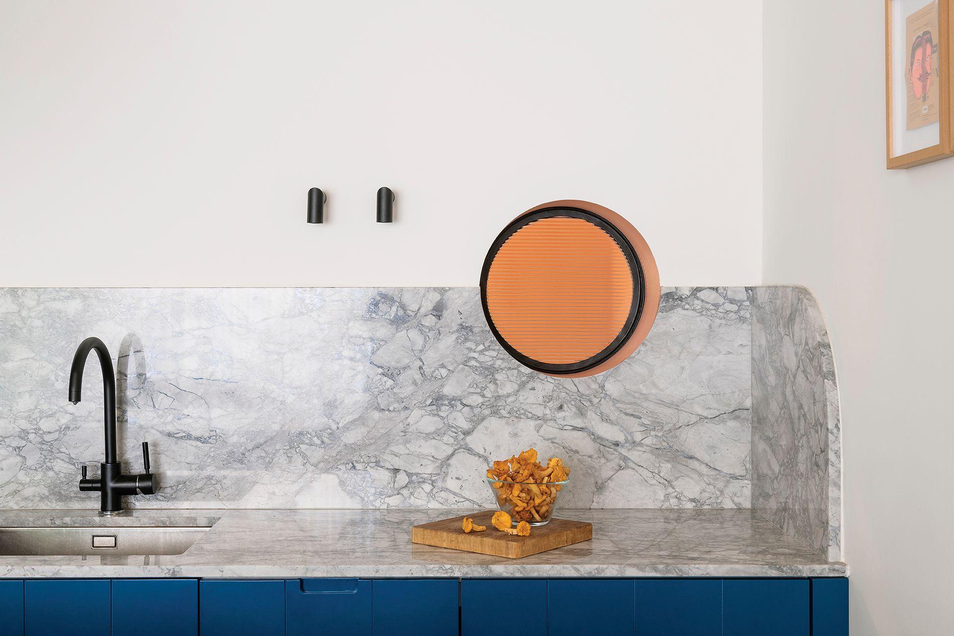 Arcos, círculos y semicírculos que se destacan por sí solos o en su encuentro. En el espejo del baño, en la mesada hecha a medida, en el ojo de buey esmerilado que trae luz desde la cocina.