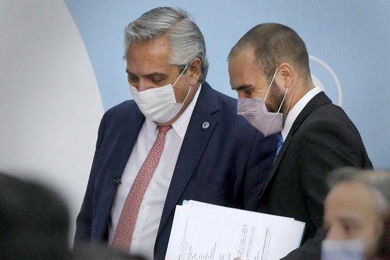 El presidente Alberto Fernández, junto al ministro de Economía Martín Guzmán