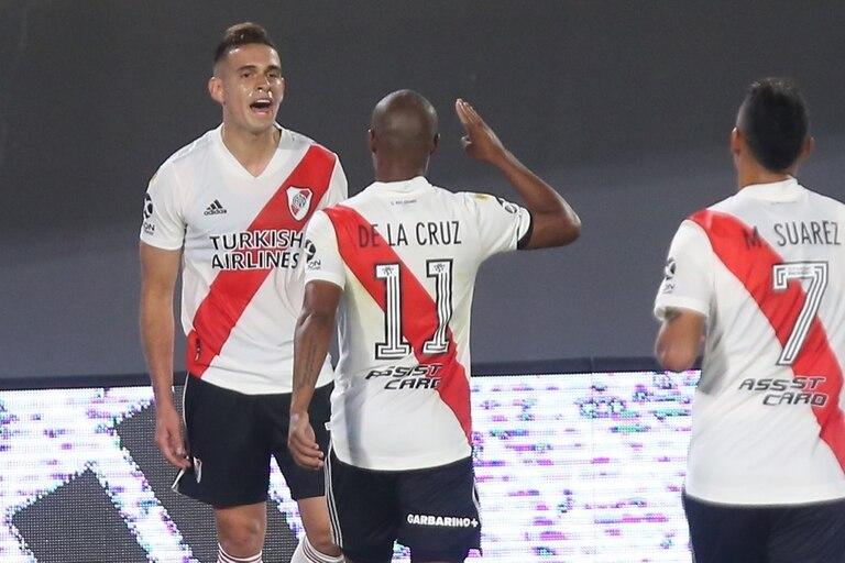 Rafael Santos Borré festeja el primer go del partido que disputan River Plate y Rosario Central.