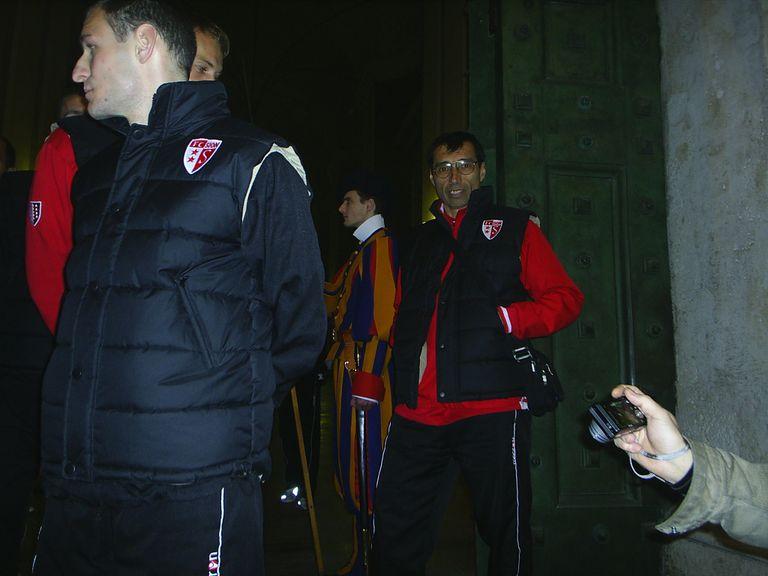 Armúa camina por los pasillos de Ciudad del Vaticano con el plantel de Football Club Sion