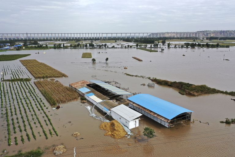 En esta imagen publicada por la agencia de noticias Xinhua, una fotografía aérea muestras las inundaciones del desbordado Río Amarillo cerca del poblado de Lianbo, en Hejin City, en la provincia norteña china de Shanxi, el domingo 10 de octubre de 2021. (Zhan Yan/Xinhua via AP)
