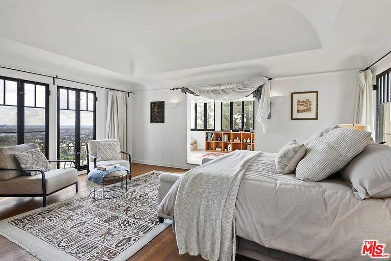 El dormitorio principal tiene su piso aparte, con solarium y espacios de descanso (Compass)
