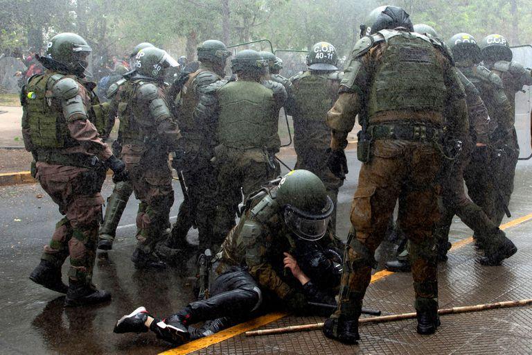 Según la versión policial, la muerte se produjo en medio de los ataques con fuegos artificiales que recibió el personal de Carabineros.
