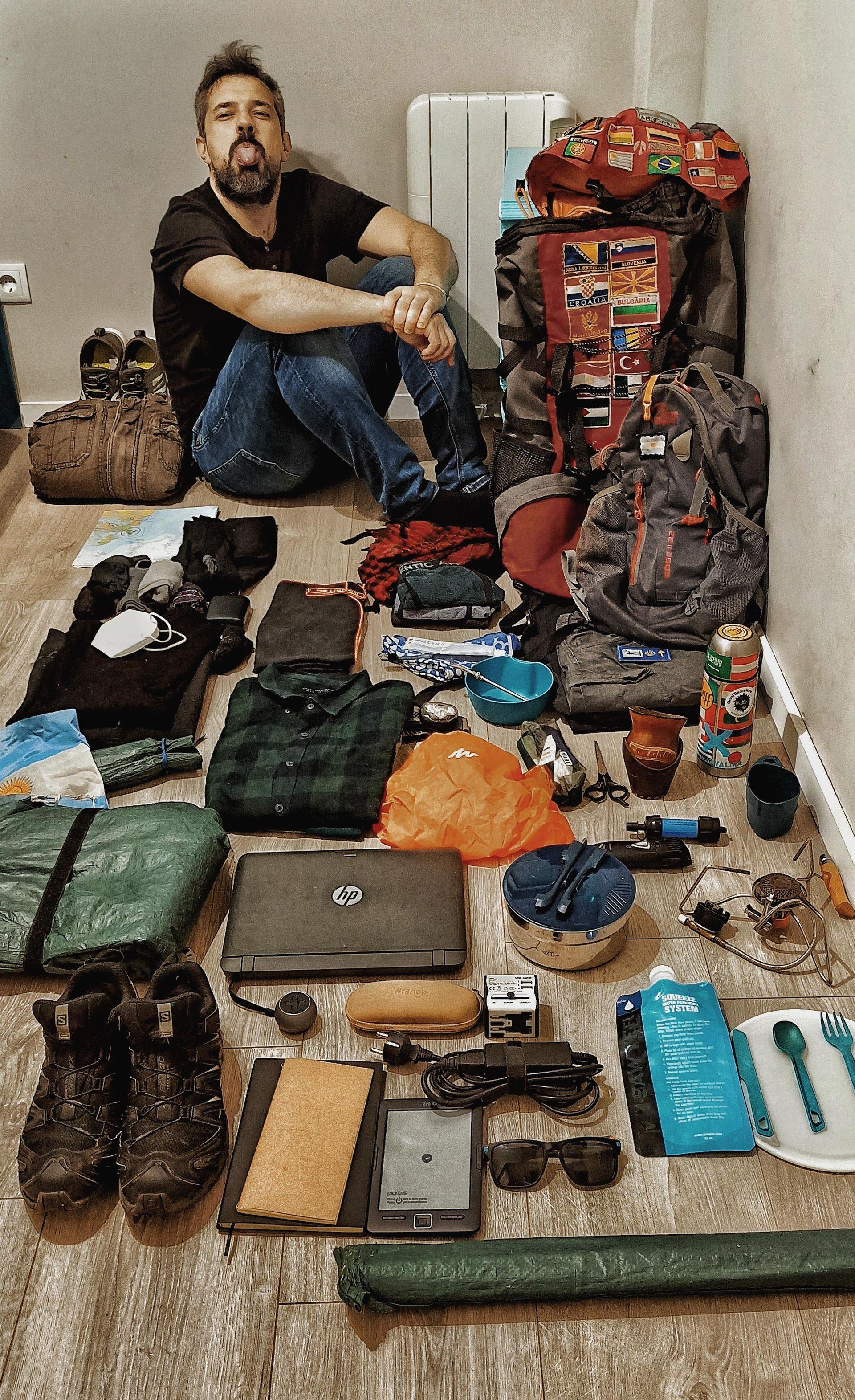 """Los objetos que acompañan a Rodrigo en su travesía. Con artículos de camping son cerca de 15 kg. """"Salvando los lógicos recambios por desgaste esto es todo, esto es lo que llevo conmigo""""."""