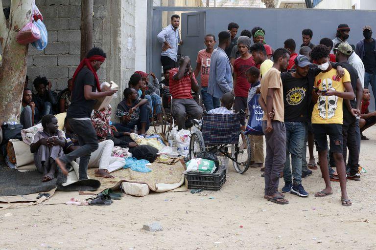 Migrantes protestan frente a las instalaciones de la agencia de la ONU para la protección de refugiado en Trípoli, la capital de Libia, el sábado 9 de octubre de 2021. (AP Foto/Yousef Murad)