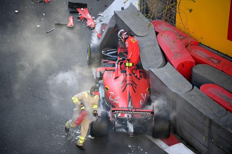 Charles Leclerc sale de su Ferrari después de estrellarse durante la clasificación para el Gran Premio de F1 de Azerbaiyán, en el circuito de la ciudad de Bakú, en abril de 2019; una de las víctimas de la curva 8