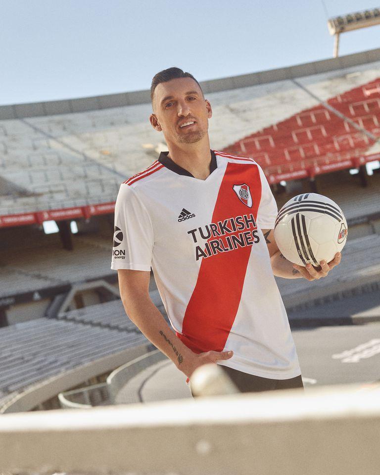 Franco Armani, con la nueva camiseta de River que el equipo estrenará esta tarde ante Fluminense, por la Copa Libertadores.