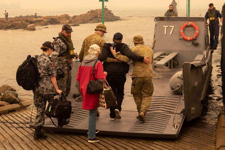 La Marina rescató a decenas de personas en la playa de Mallacoota