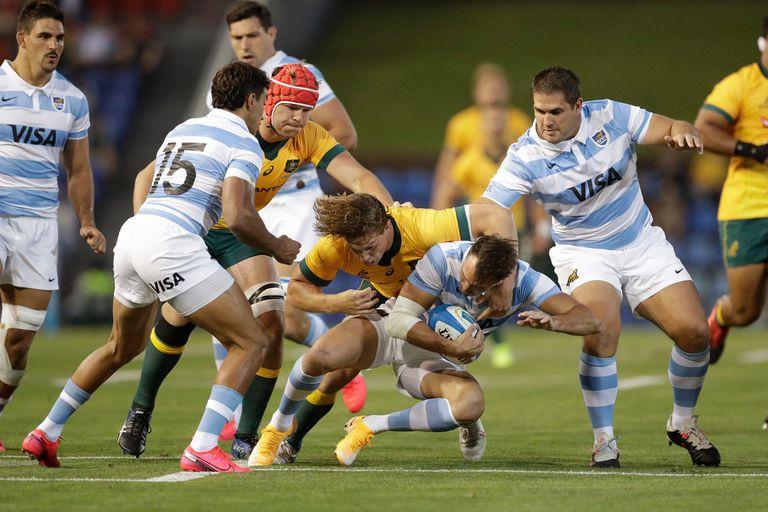 Juan Imhoff es tacleado por Michael Hooper durante el partido que juegan los Pumas contra los Wallabies en Newcastle, Australia.