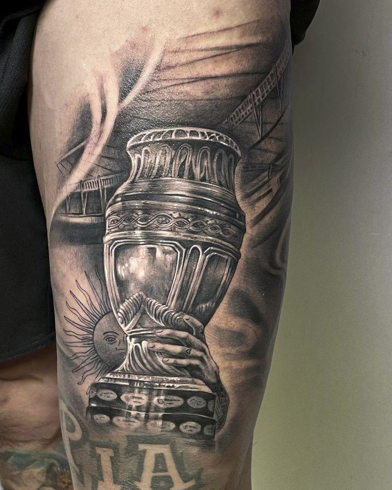 """""""Llegó el día de poder hacerme uno de los trofeos que más deseaba tener en mi piel para toda la vida"""", escribió Di María en su Instagram, acompañando el tatuaje que le había dibujado Ezequiel Viapino en el cuádriceps de la pierna izquierda"""