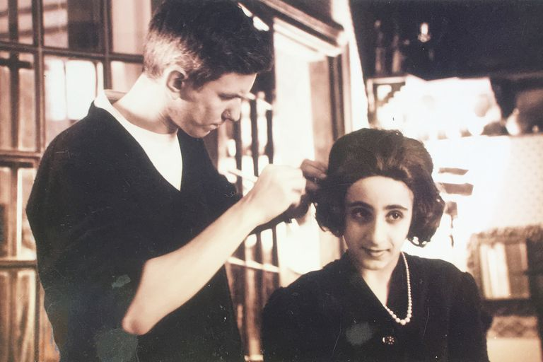 Pablo Palencia, encargado de maquillaje y de los entrañables peinados que llevaban los niños, junto a la entonces joven actriz Carolina Setton