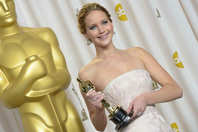 Jennifer Lawrence, con la caída en la escalera por detrás, junto a su Oscar como mejor actriz