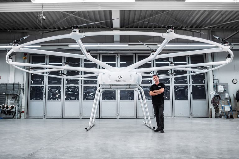 El VoloDrone junto a Christoph Hommet, jefe de Ingeniería de Volocopter