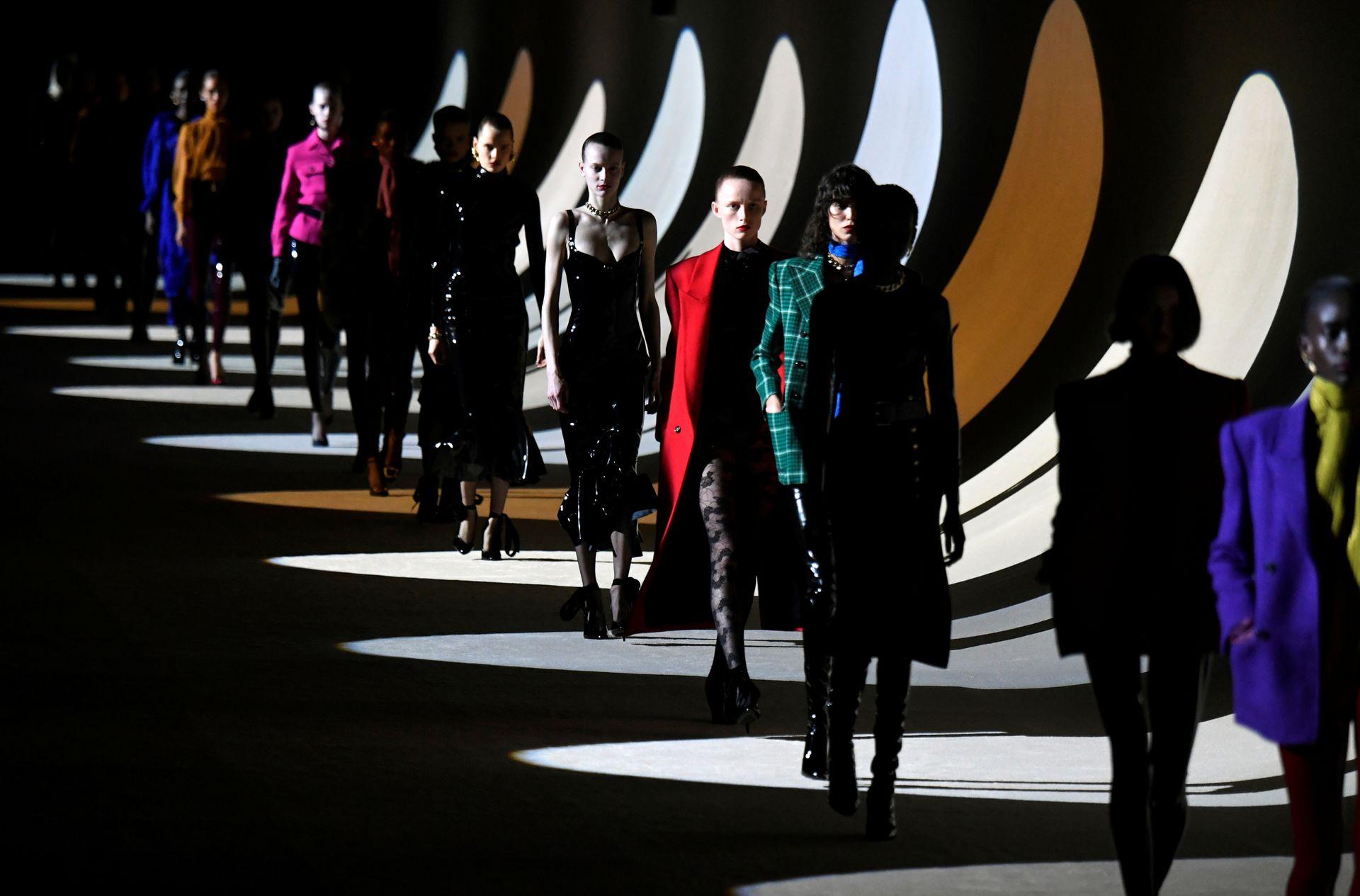 Colección diseñada por Anthony Vaccarello para Saint Laurent, en París Fashion Week 2020