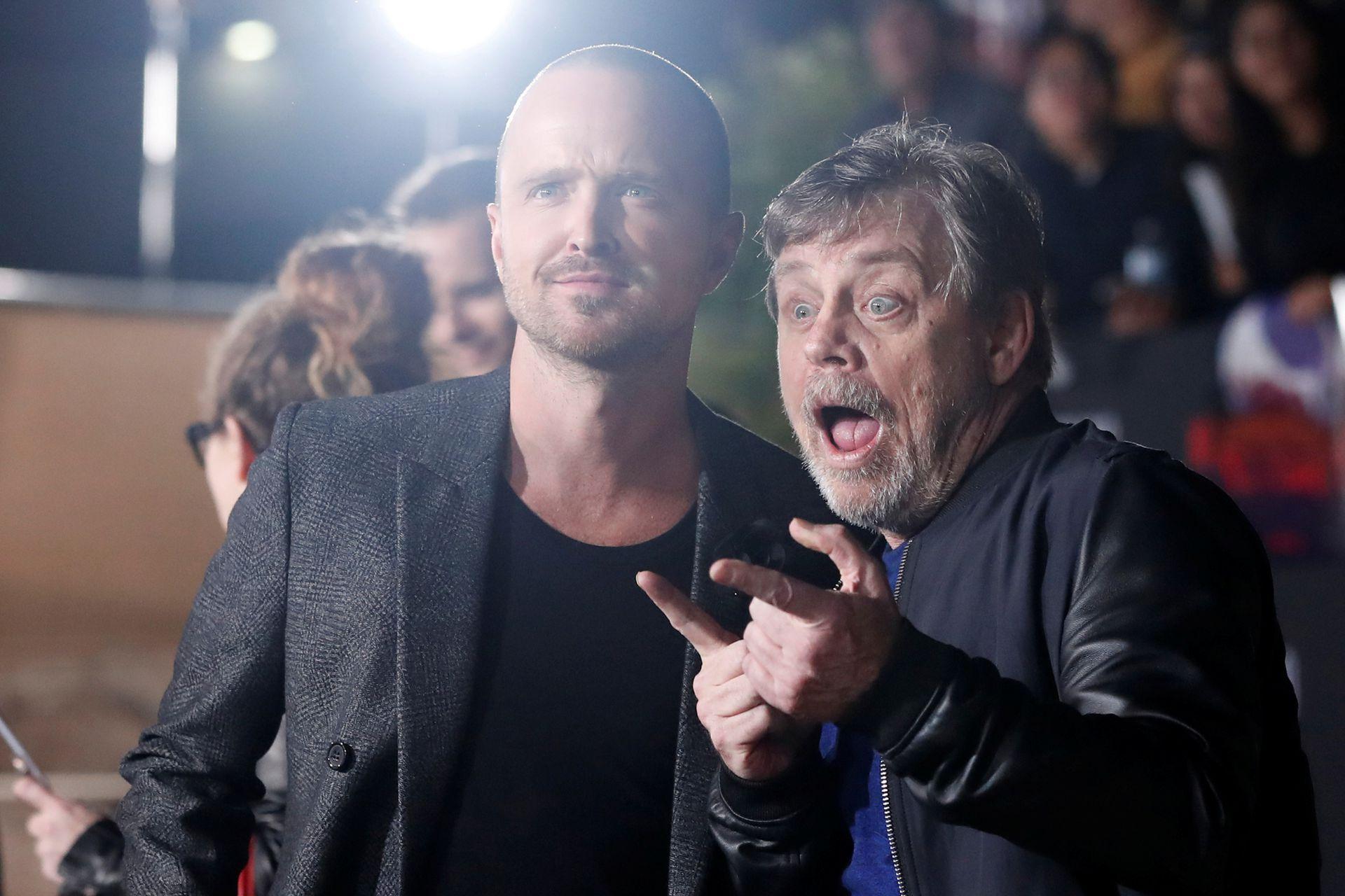 Mark Hamill asistió a la premiere de la película que estrena Netflix este viernes y no pudo evitar sacarse una foto junto a su protagonista, Aaron Paul