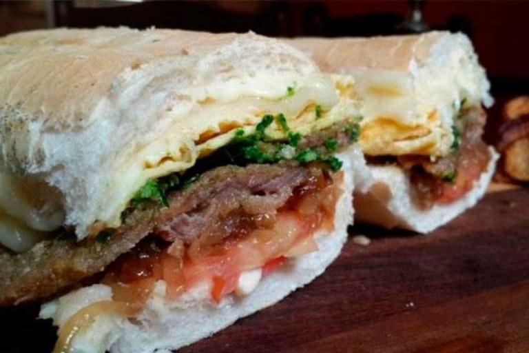 El sándwich de milanesa tucumano fue elegido por los turistas como la segunda comida más importante del país