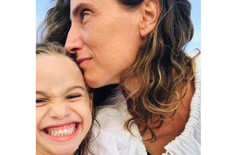 La fotógrafa, Graciela Cattarossi con su pequeña hija Stella.