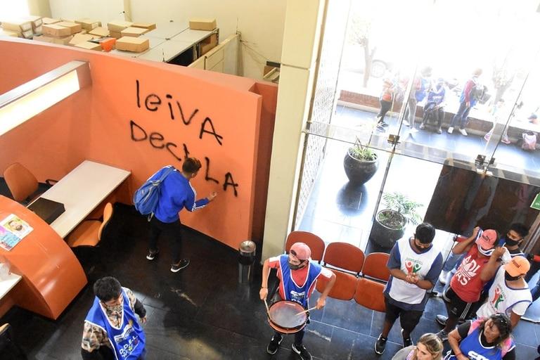 Un grupo de personas con pecheras de la CTA atacó las instalaciones del Diario de Río Negro
