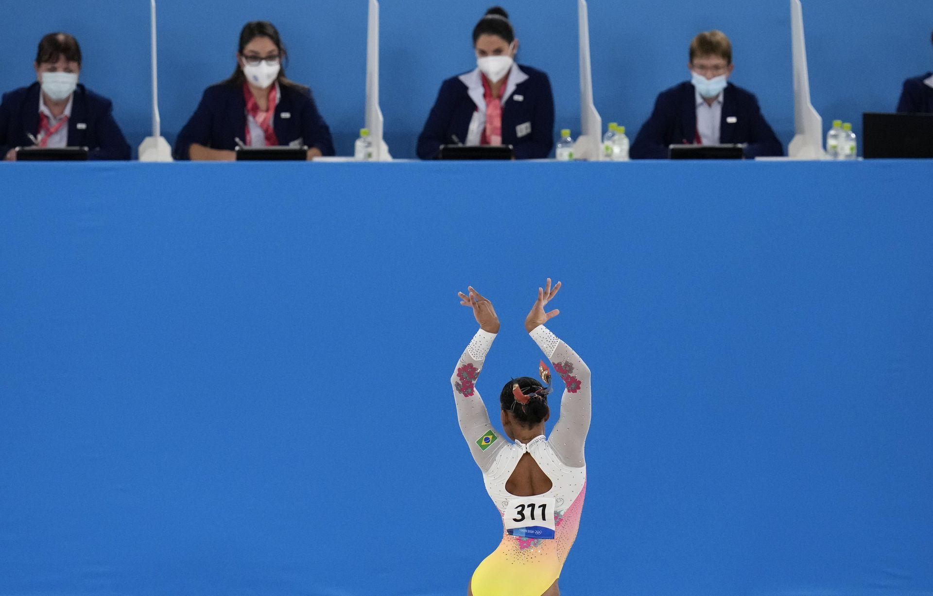 Rebeca Andrade, de Brasil, se presenta en el piso durante la final de aparatos de gimnasia artística femenina