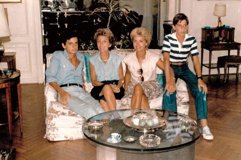 Los hermanos Adot con su mamá y su abuela materna, Elsa San Martín de Miró, en su casa de Callao y Quintana.