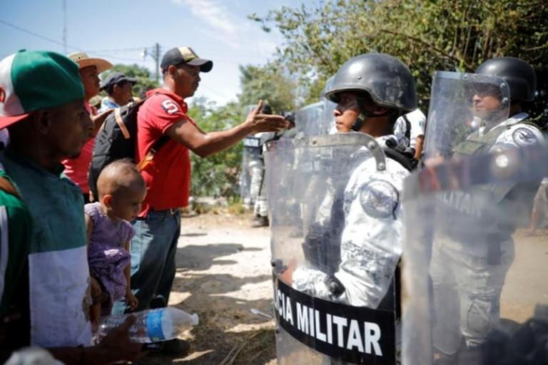 La Guardia Nacional de México esperaba a la caravana, desplegada a lo largo de la orilla en Ciudad Hidalgo