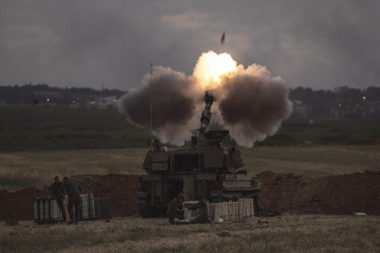 Una unidad de artillería israelí dispara hacia objetivos en la Franja de Gaza, en la frontera entre Israel y Gaza, el lunes 17 de mayo de 2021