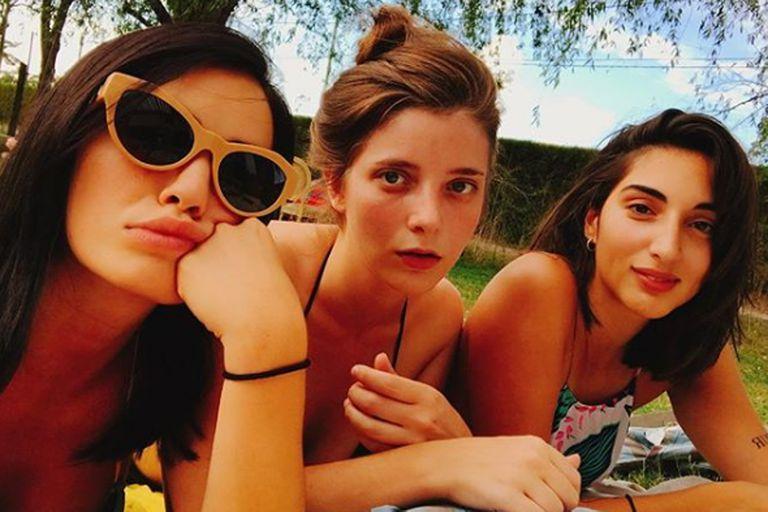 ¿Aburrida? No, simplemente Lali Espósito se niega a despedirse de los días al sol y con amigas