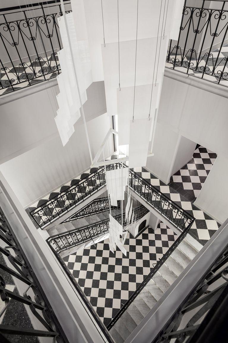 En el Palacio Cabrera (J.A.Cabrera 5600) la artista Justina Canton diseñó una pieza que cambia su aspecto según la luz del día y protagoniza la triple altura del espacio