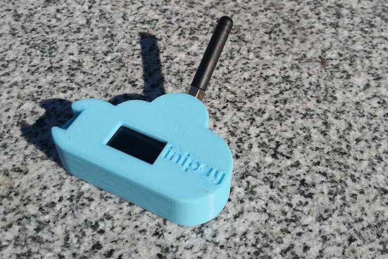 Inipay es un dispositivo de radiofrecuencia que puede vincular un celular o posnet sin acceso a Internet con una antena que sí tenga conectividad, distante a 16 km, para permitir el uso de billeteras digitales y pagos con tarjeta