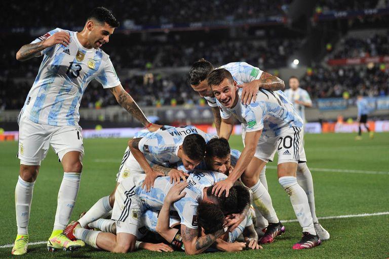 Rodrigo De Paul festeja su gol; todos corren a abrazarlo; la Argentina dio un paso fundamental ante Uruguay