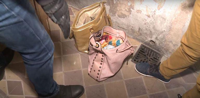 Dos kilos de cocaína fueron encontrados en dos carteras en un pasillo, dentro del domicilio allanado