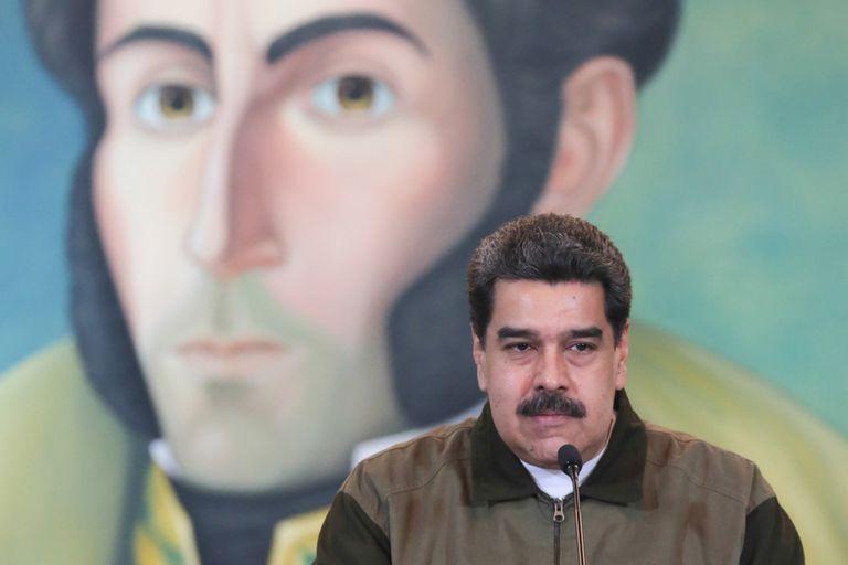 """El país conducido por Trump congeló fondos por US$7000 millones y anunció que todas las ganancias de la petrolera quedarán bloqueadas; Maduro acusó a Washington de querer """"robarle"""" a Venezuela la empresa Citgo, filial de PDVSA en suelo norteamericano"""