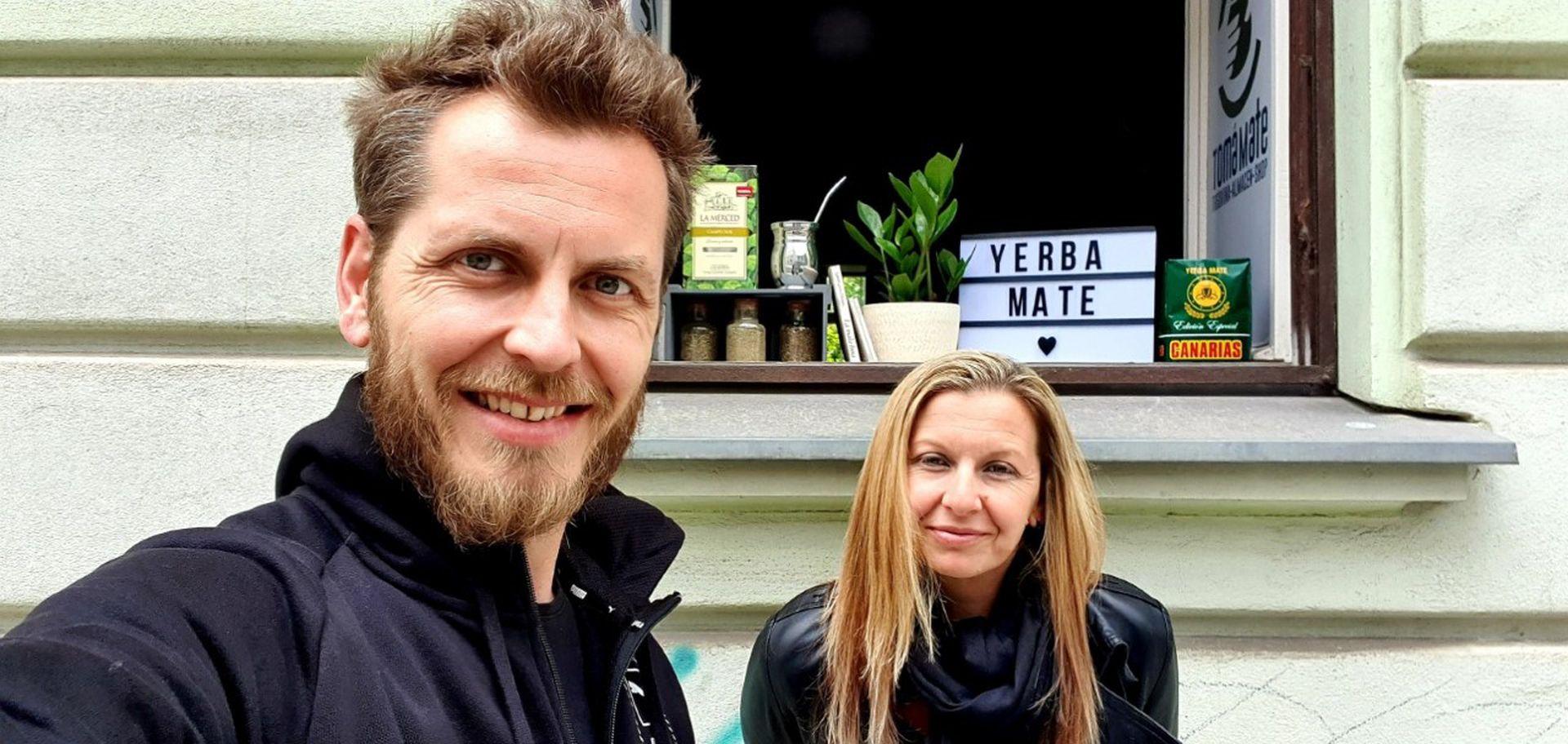Milena y su hermano, con quien comparte el local de comidas argentinas y asiáticas.
