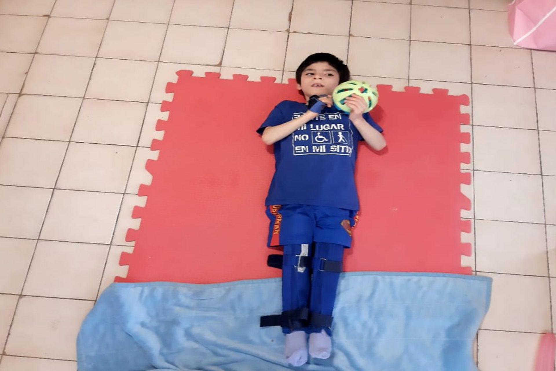 """Al nacer, """"Gonzalito"""" pesaba apenas 780 gramos, tuvo hidrocefalia y un derrame cerebral de grado 4 lo que le ocasionó una parálisis cerebral que le impide hablar y caminar."""