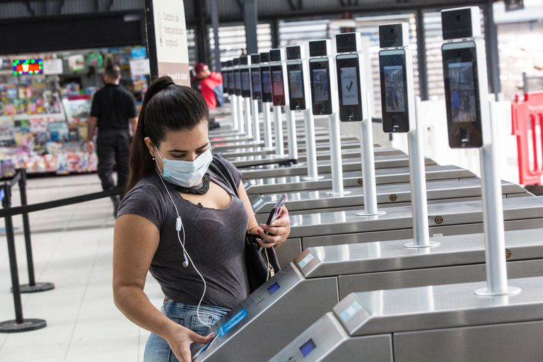 Pantallas que controlan temperatura y tapabocas en la terminal Retiro del tren San Martín